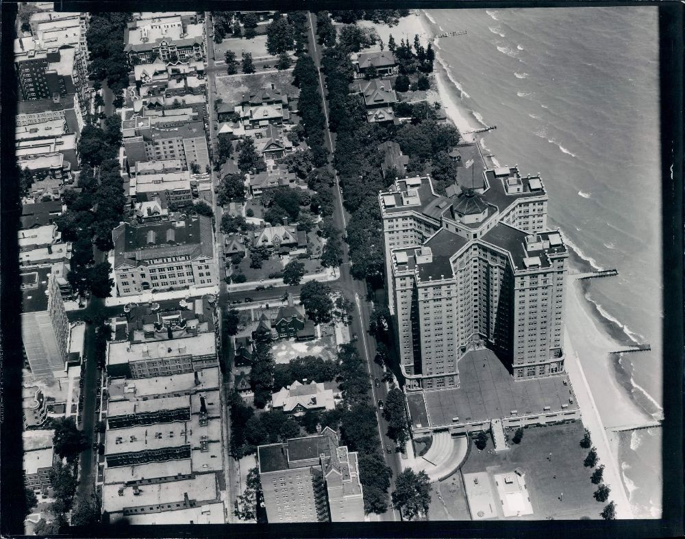 1933 Aerial View Of Edgewater Beach Hotel This View Focuses On The Edgewater Beach Apartments Note The Mansions Surr Edgewater Beach Beach Hotels Aerial View