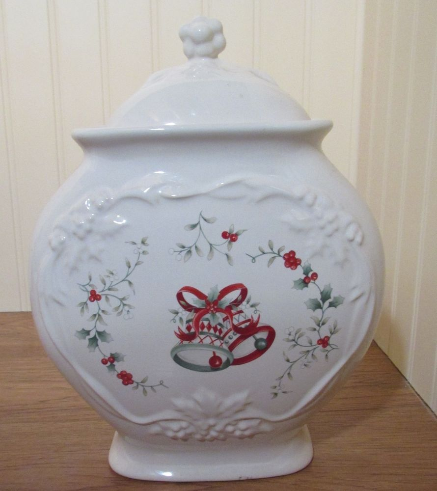 Mccoys Christmas Trees: WINTERBERRY~ SCULPTED TEAPOT
