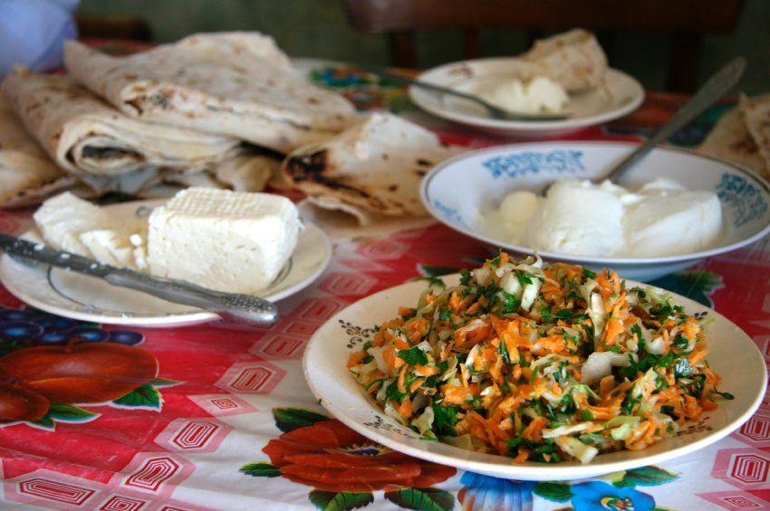 Salat, Lawasch-Brot, Schafskäse: ein typischer armenischer ...
