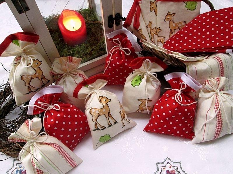 Adventskalender Rehe & Pünktchen in vanille & rot von Barosa auf DaWanda.com Ein Adventskalender für kleine Mäuse mit Rehen, Herzchen und Karo, kombiniert mit rot-weißen Pünktchen.