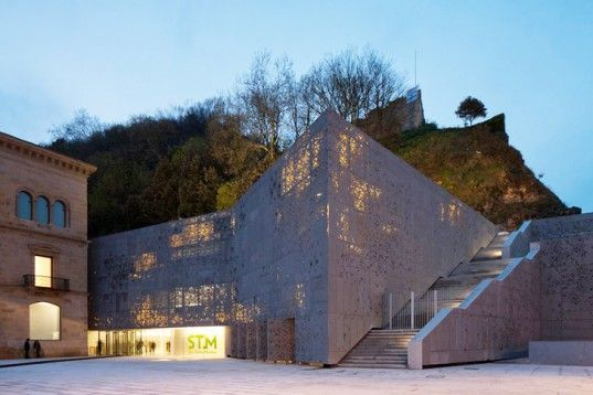 Spain-San-Telmo-Museum-Holed-Green-Wall-1-537x358.jpg (537×358)