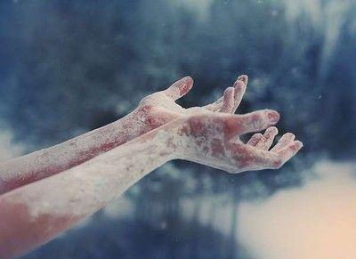 Diji qye queria que todo acavase , asi que uso su poder en su contra . Poco a poco vi como su piel se cubria de hielo,hasta que termuno como una estatua de hielo. Una fria y sin vida estatua de hielo.