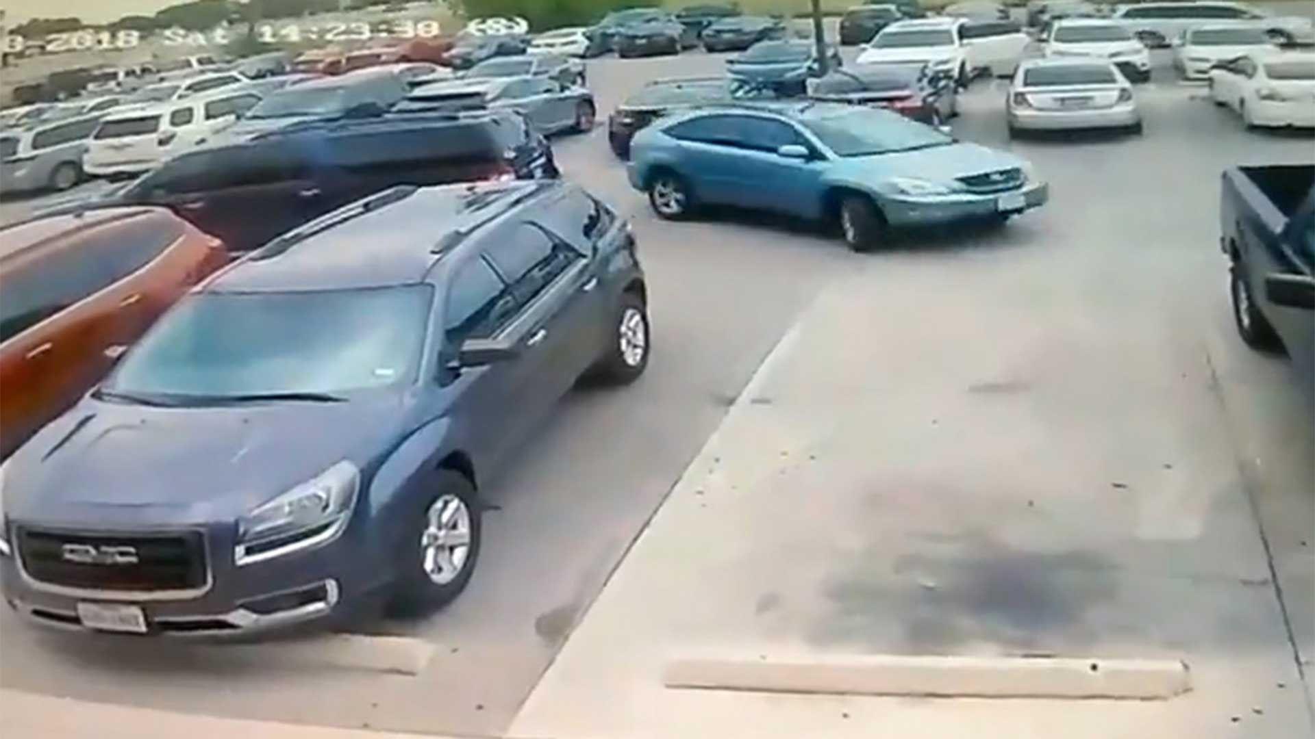 La Brutal Golpiza De Un Hombre Gigante A Una Pequena Mujer Por Robarle El Espacio Para Aparcar Car Vehicles