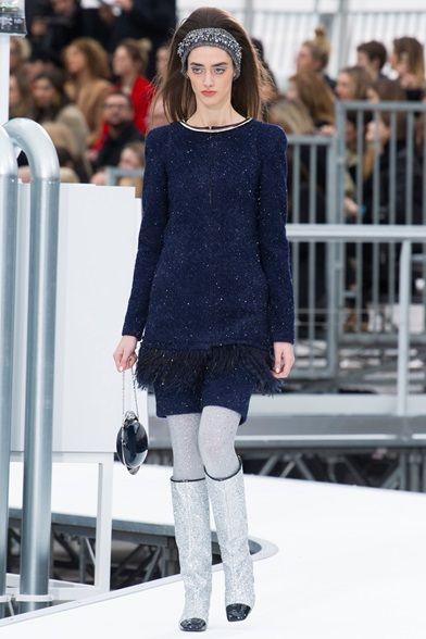 Guarda la sfilata di moda Chanel a Parigi e scopri la collezione di abiti e accessori per la stagione Collezioni Autunno Inverno 2017-18.