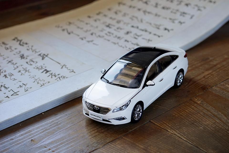 There's no better season to read a book than now - 책 읽기 좋은 계절, 가을📖 - #reading #book #goodseason #autumn #drive #travel #Changgyeonggung #palace #Korea #car #carsofinstagram #diecast #SONATA #Hyundai