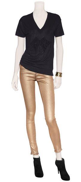 Outfit #92 Top de algodón embellecido con cuentas de ébano by Twety8twelve. Skinny jeans de elastano en color dorado by Twety8twelve. Cuff de oro con filigranas de plata by Eddie Borgo. Botines de gamuza en color negro by Ash.