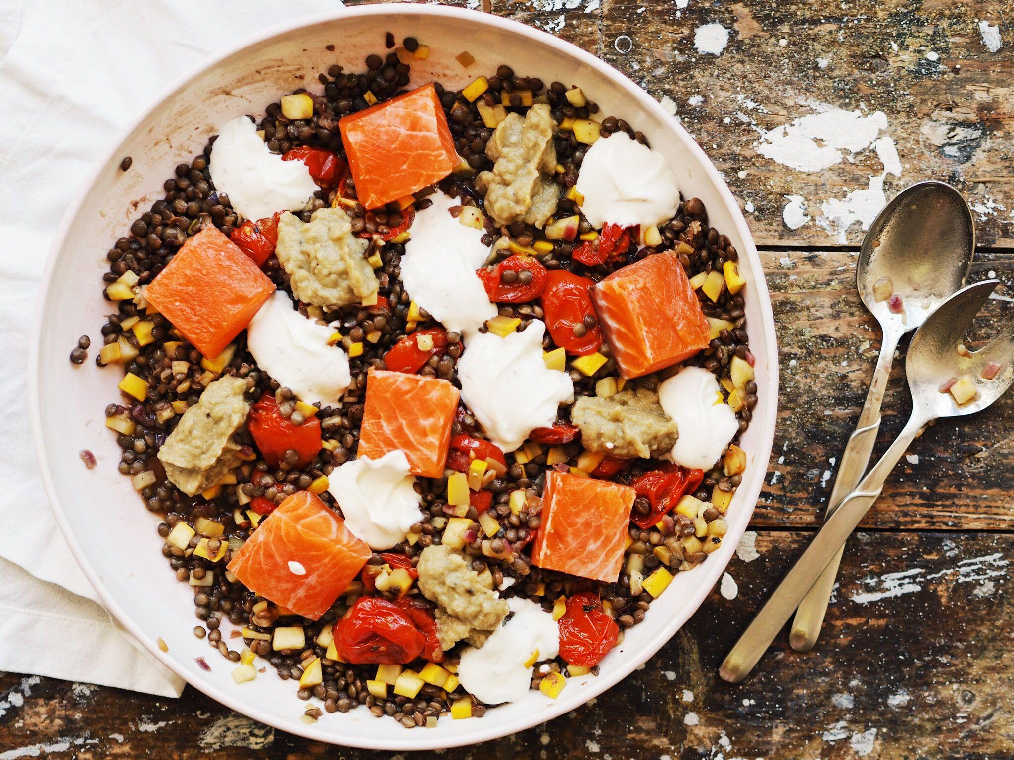 Linsensalat mit Lachs, Tomaten und Auberginendip