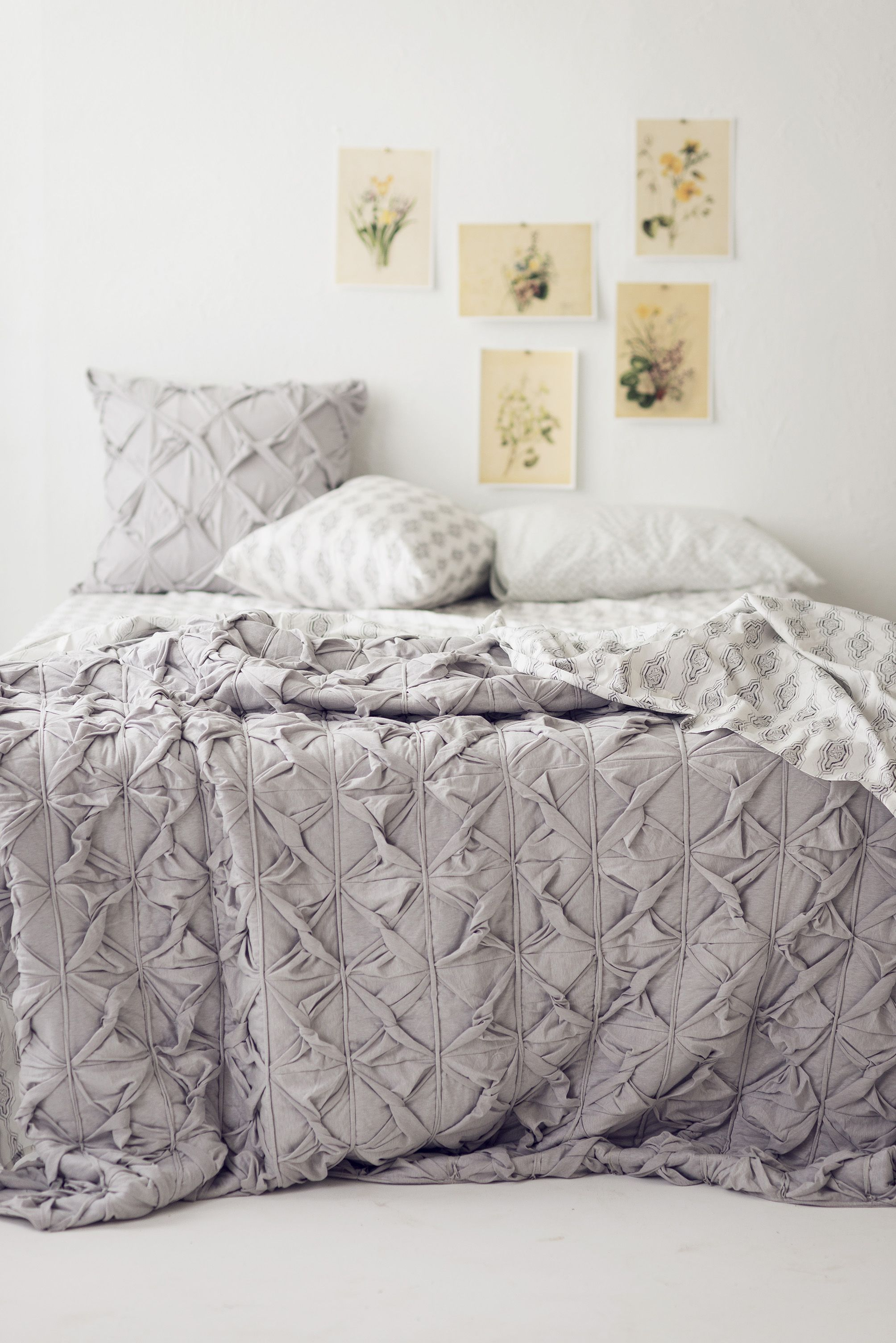 Twister quilt in Grey with Mosaic sheet set.