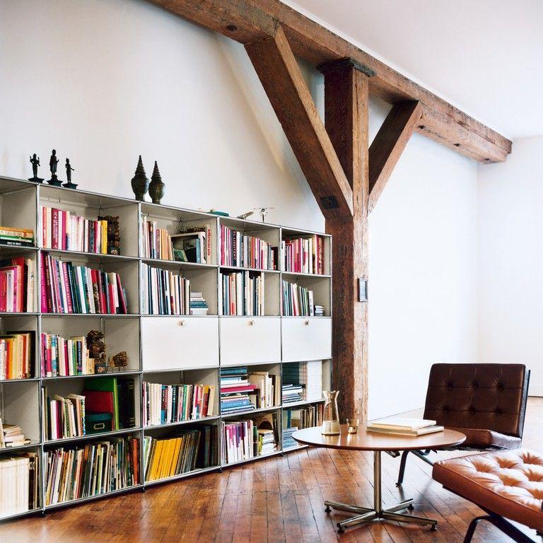 usm haller b cherregal mit drei klappt ren wei und usm kitos rundtisch nussbaum natur im. Black Bedroom Furniture Sets. Home Design Ideas