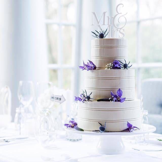 Weer een prachtige taart en foto van @sweetdeluxe_cakes_en_more met topper van @lvlycaketoppers #bruidstaart #weddingcake #weddingplans #purplewedding #taarttopper #caketopper #caketoppers #instacake #beautifulpicture #ido #wedding #trouwen #sweetttable #weddingtable