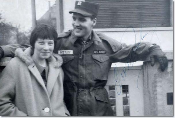 Angelika Springauf am Gartentor von Elvis Presleys Wohnsitz in der Goethestraße 14 in Bad Nauheim 1959