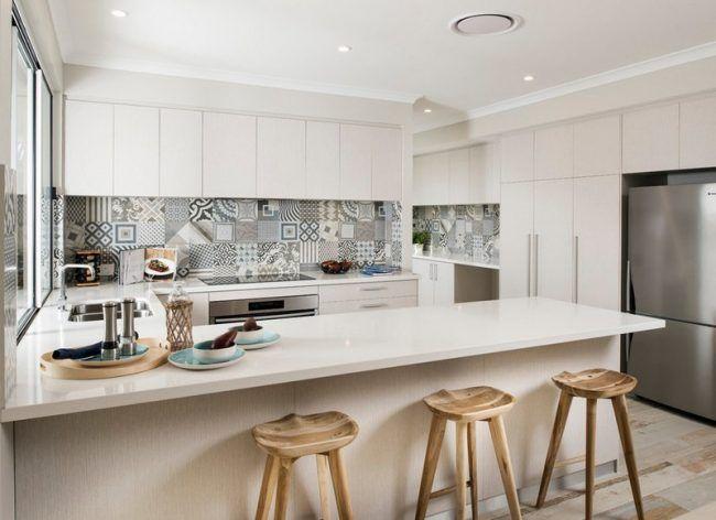 Fliesenspiegel küche modern  Fliesenspiegel-Kueche-modern-gestalten-weisse-Fronten-botonia ...