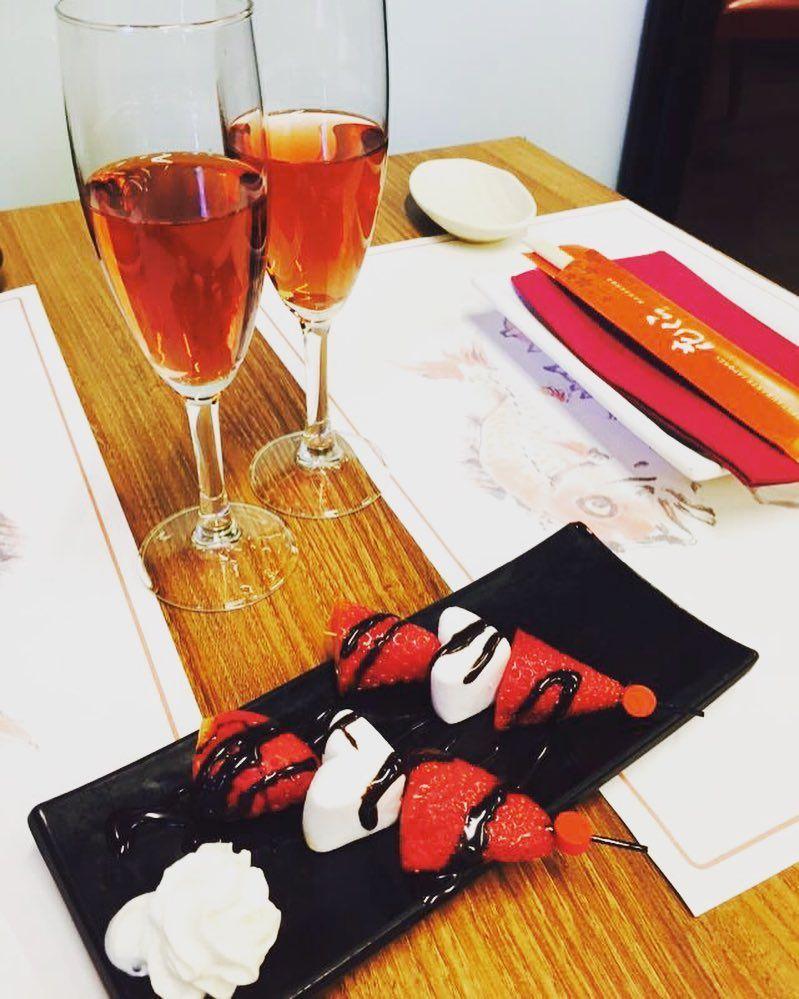 #happyvalentinesday!  En #Hanakura te recibimos con una copa de lambrusco para brindar por el amor y unas brochetas amorosas para el postre para endulzarte