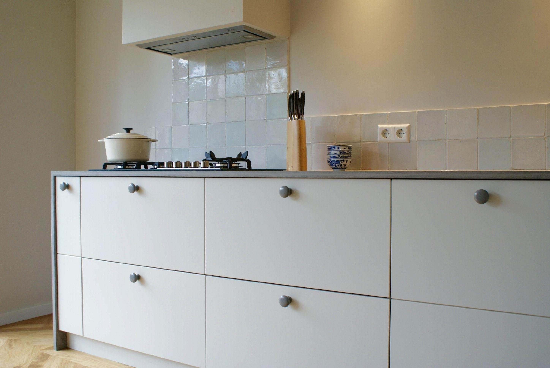 Corpus kasten van ikea aangekleed door frontz met zachte taupe kleur grijs gem leerd corian - Kleur verf moderne keuken ...