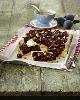 Pflaumenkuchen vom Blech mit Mandelblättchen und Zimt-Zucker