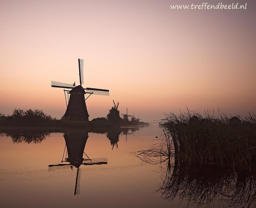Kinderdijk in de vroege morgen. Meer https://www.facebook.com/media/set/?set=a.733377320065131.1073742002.441259039276962&type=1… #molen #holland #nederlands #product