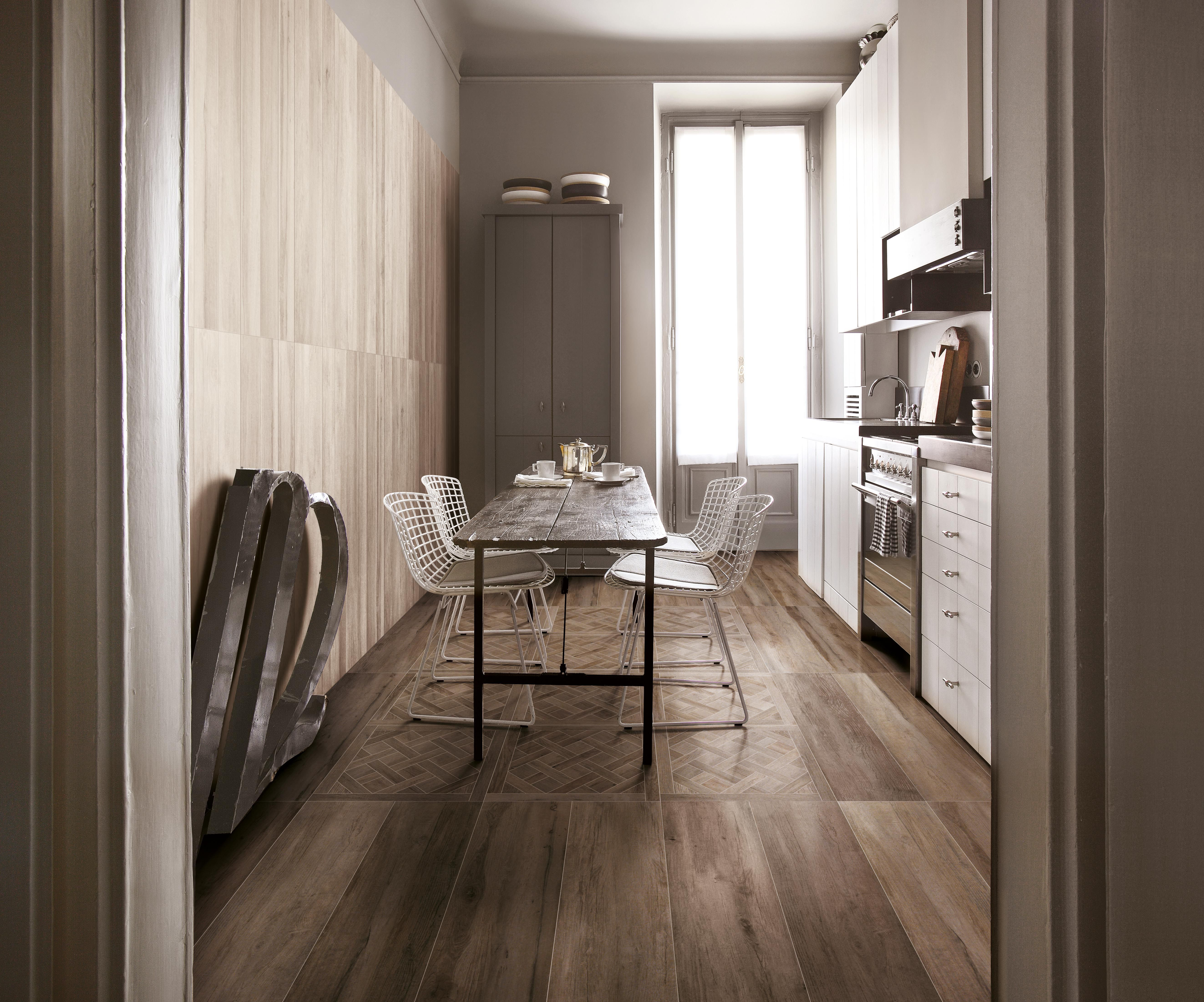 Cucina con piastrelle in gres effetto parquet pavimento dalle