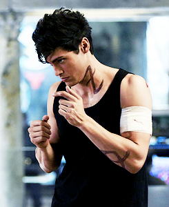 "Alec Lightwood in Episode 1x09 ""Rise Up"""
