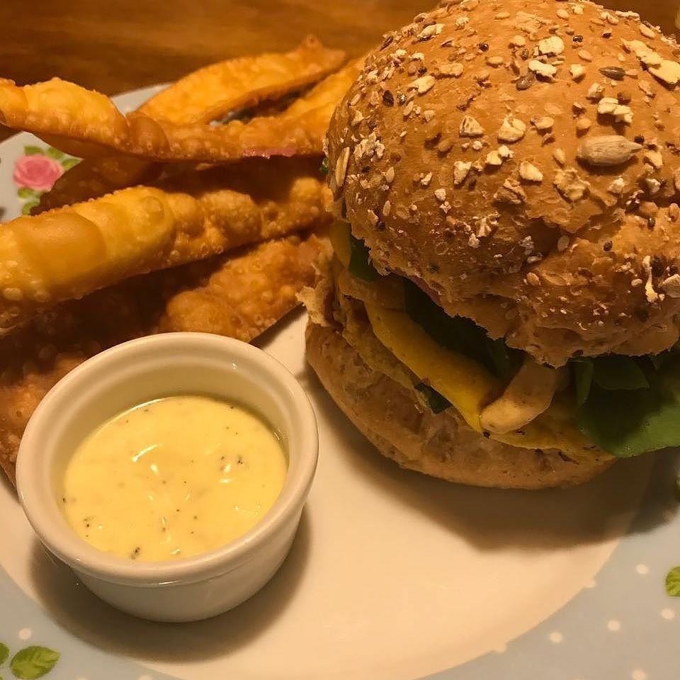 Pastel  Burger = True love  . . . #heartmade #onlyheartmade #feitocomocoracao #vegan #veganshare #veganfoodshare #foodporn #crueltyfree #veganfood #herbivore #plantbased #eatclean #veganfoodlovers #veganlife #veganism #vegano #vegansofig #bestofvegan #govegan #whatveganseat #wholeplantbased #plantpower #plantstrong #powerofplants #planteater #vegancuritiba #curitibavegan