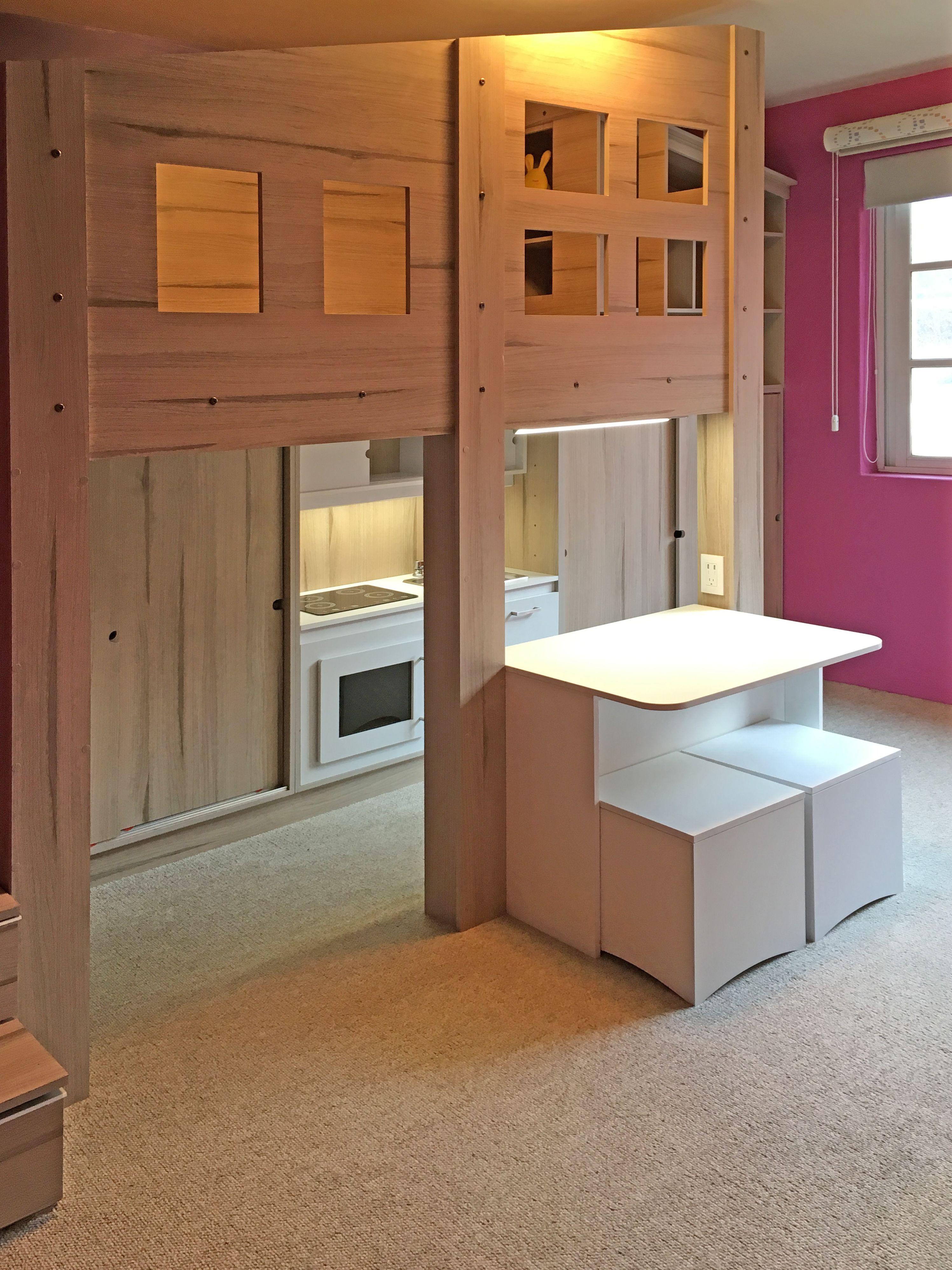 Diseño de recamara para niña, con cocina integral de juguete, mesa ...