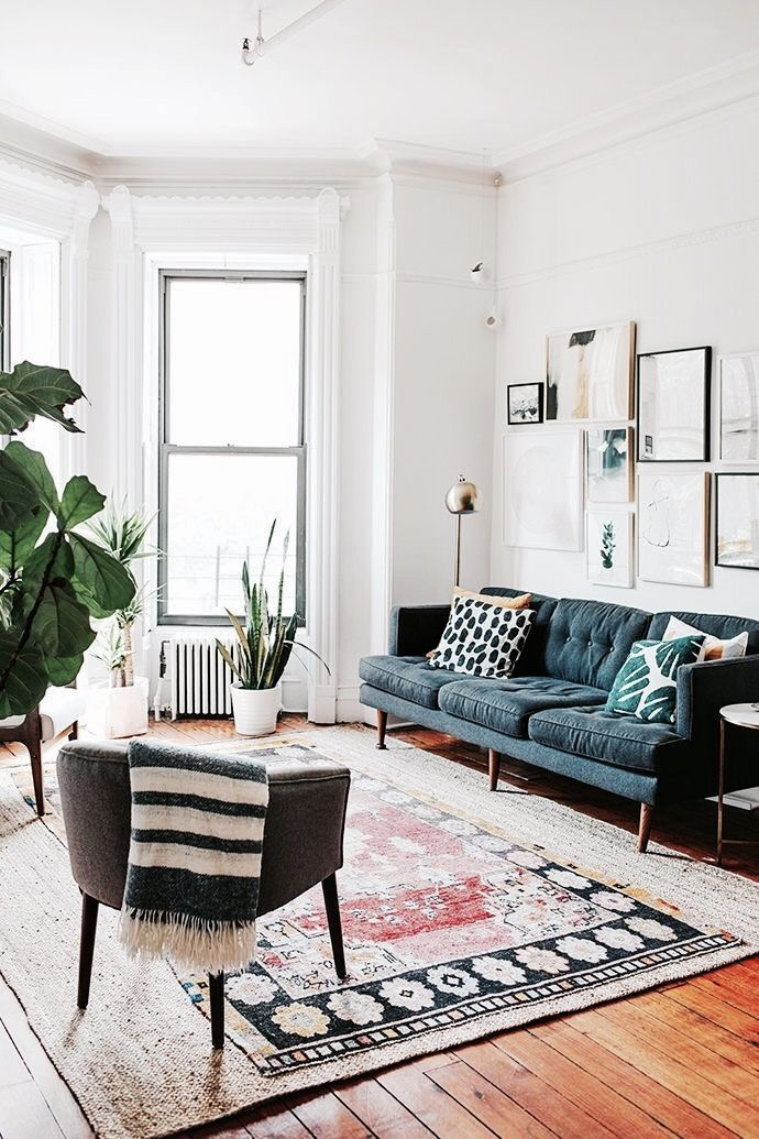 Wohnzimmer Mit Weißen Wänden   Nicht Langweilig: Dunkle Möbel, Verschiedene  Muster Gemixt, Bilder Und Große Pflanzen Machen Das Zimmer Gemütlich.