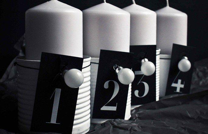 """Adventskranz in schwarz und weiß - Kreative Ideen für den Adventskranz - """"Black & White"""" ist das Motto dieses Advents-Arrangements. Mit wenig Aufwand wird aus Konservendosen, Kerzen, Zahlenanhängern und kleinen Kugeln ein moderner Adventskranz..."""