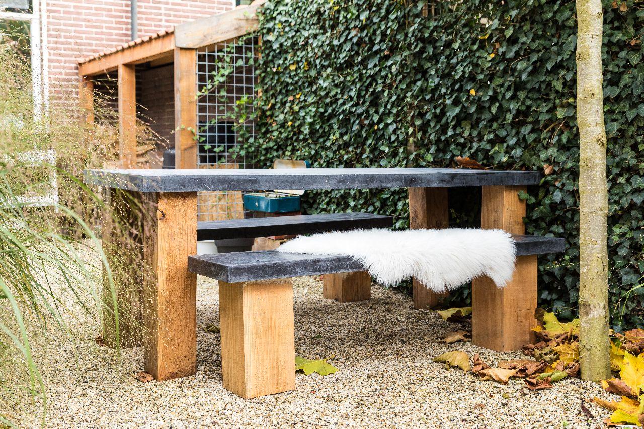 Beton Tafel Buiten : Betonnen buiten tafel met stoere houten poten buiten beton