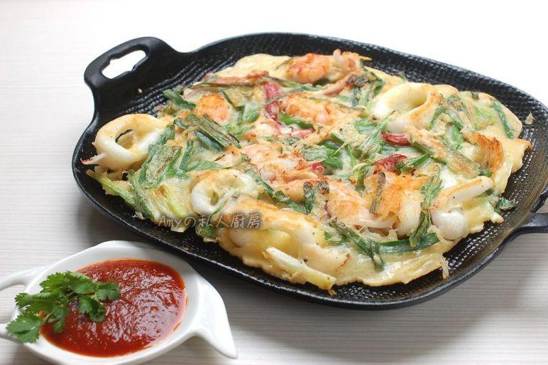 韓國街頭小吃的代表之一:海鮮煎餅。麵糊裡多添加了蓬萊米粉,口感更顯Q彈~利用冰箱現有的海鮮及蔬菜,簡單又方便就可完成道地的韓式海鮮煎餅,再搭配特製的煎餅沾醬熱呼呼的吃,一整個大滿足!