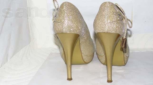Нарядная женская обувь золотистого цвета