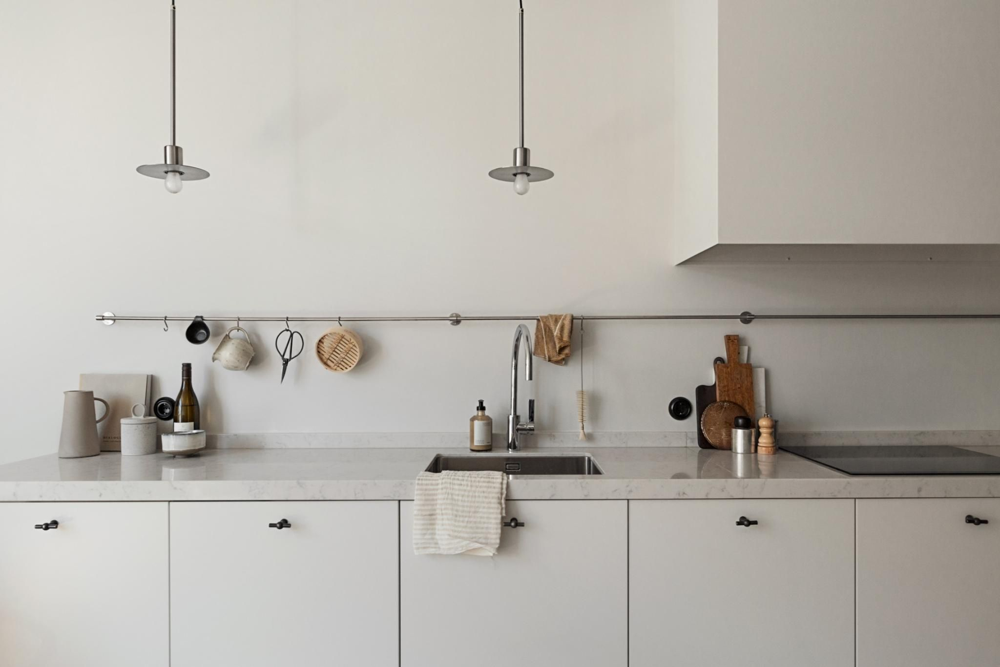 I Love The Minimal Look Of This Kitchen In White There Are High Cupboards Or Just An Exhaust Minimal Kitchen Minimalist Kitchen Design Modern Kitchen Remodel