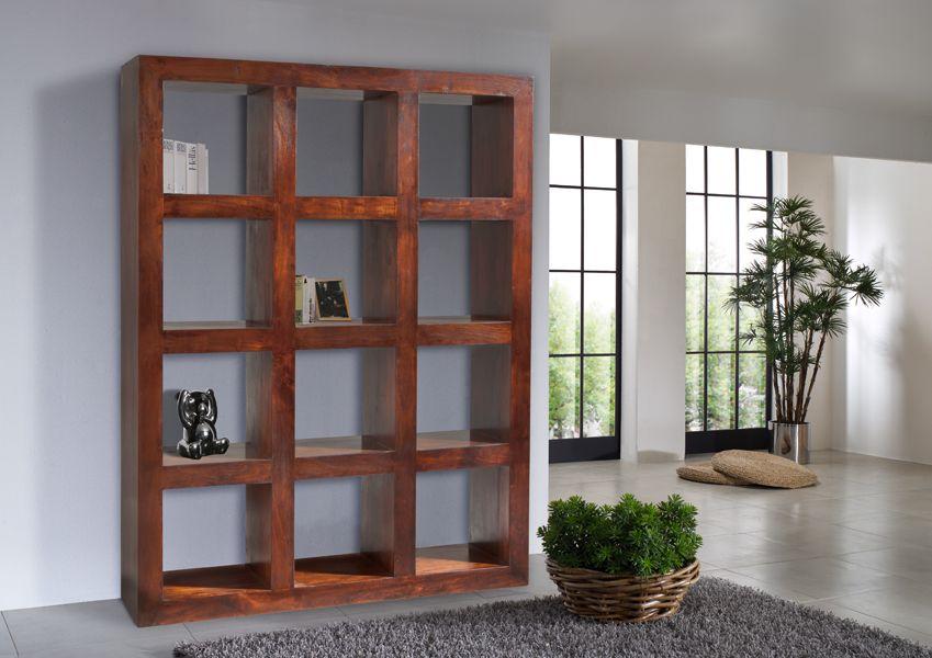 Raumteiler der OXFORD-Serie. Der Kolonialstil vereint gekonnt klassische Elemente und kulturelle Einflüsse aus Asien und Afrika. Die wunderschöne Maserung der indischen Akazie ist in einem dunklen, warm schimmernden Nougatfarben lackiert. #möbel #holz #massivholz#wood #wooddesign #wohnzimmer #livingroom #livingroomideas #interior #home #decor #einrichtung #furniture #storage #ideas #akazie #acacia #kolonialstil #colonialstyle #regal #shelf #bookshelf #bücherregal #massivmoebel24