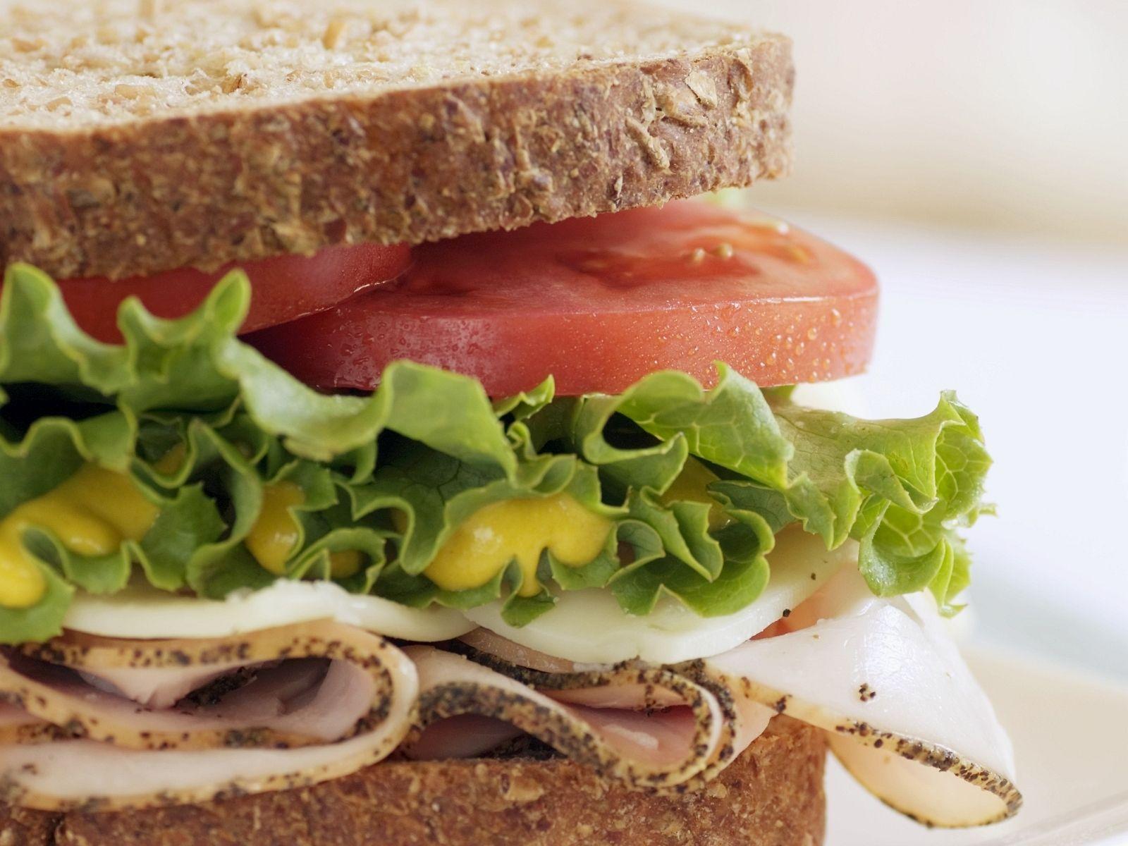 Puten-Sandwich mit Tomaten, Salat und Senf - smarter - Zeit: 15 Min. | eatsmarter.de
