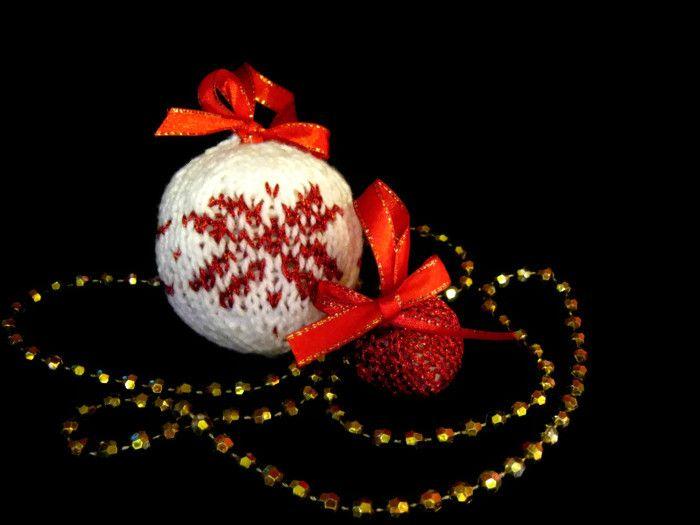 Handmade knitted Christmas balls https://www.etsy.com/shop/AmandasCushyCrafts