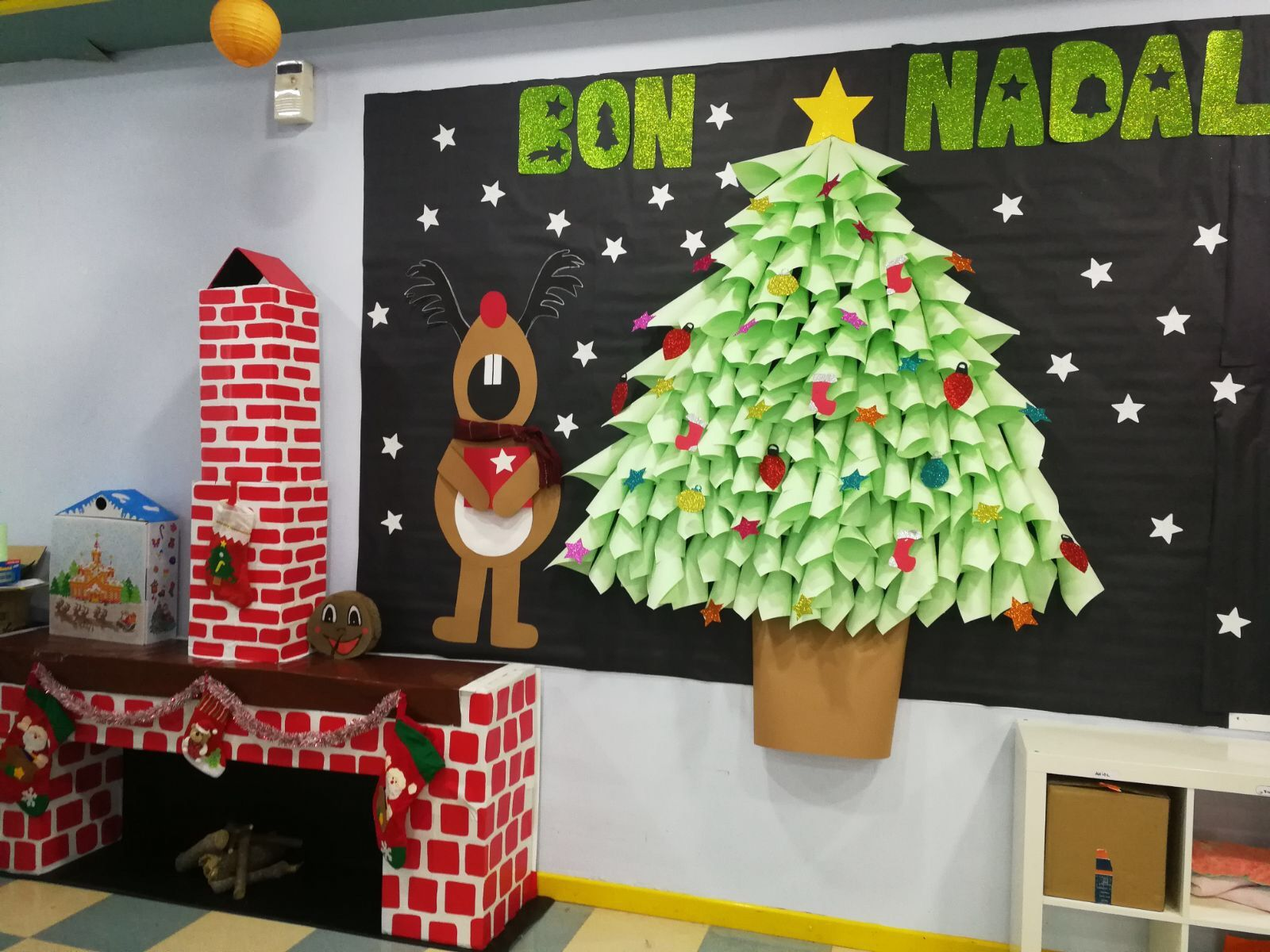 Mural de navidad para infantil chimenea de cart n y rbol for Decorar puertas navidad infantil