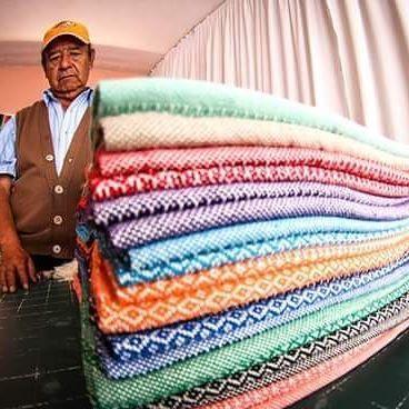 Pedro Xochitemol, empezó tejiendo labrado, pero desde hace diez años comenzó a…