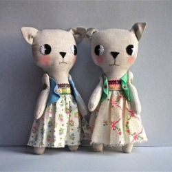 These little kitties are by Cloth and Thread, and can be purchased at Craft Hatch market (Melbourne). Note to self: Love the way the arms are attached, the eyes are like old-school animations, and the ears are gorgeous.