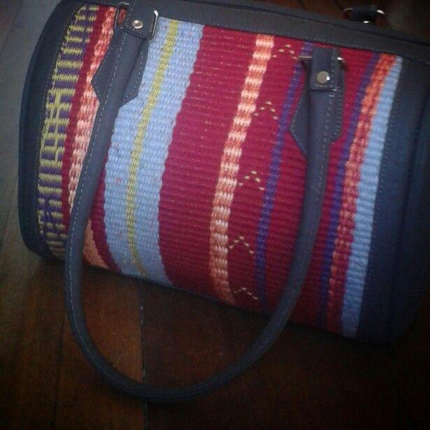Bolso hecho en cuero y telar wayuu