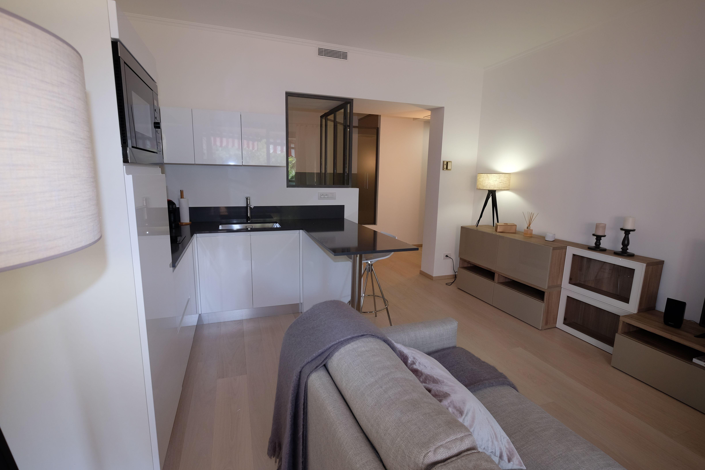 Salon cosy ouvert sur cuisine blanche design appartement - Cuisine blanche ouverte sur salon ...