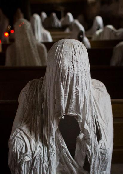 Die wohl gruseligste Kirche Europas: In der tschechischen Gemeinde Luková steht eine Kirche, deren Bänke von Dutzenden geisterhaften Gestalten besetzt sind. In weiße Laken gehüllt sitzen die gesichtslosen Wesen da und schweigen. Was hinter dem wahrlich gruseligen Anblick steckt: http://www.travelbook.de/europa/Gruselig-St-Georg-Kirche-Diese-Kirche-ist-von-Geistern-besessen-575561.html
