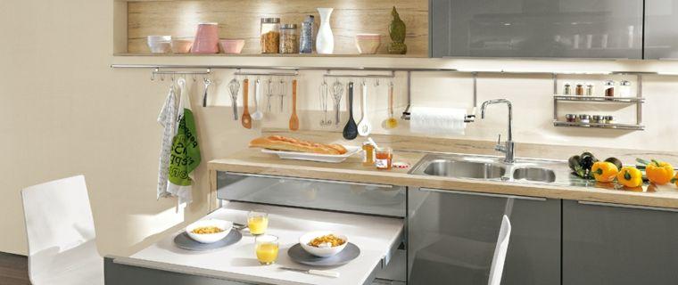 Tavolo a scomparsa di colore bianco in una cucina piccola, top in ...