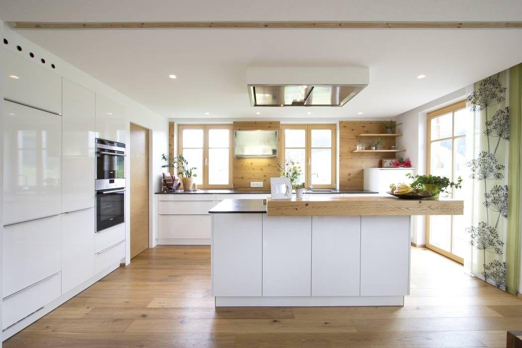 küche weiß hochglänzend mit altholz: klassische küche von atelier, Kuchen ideen