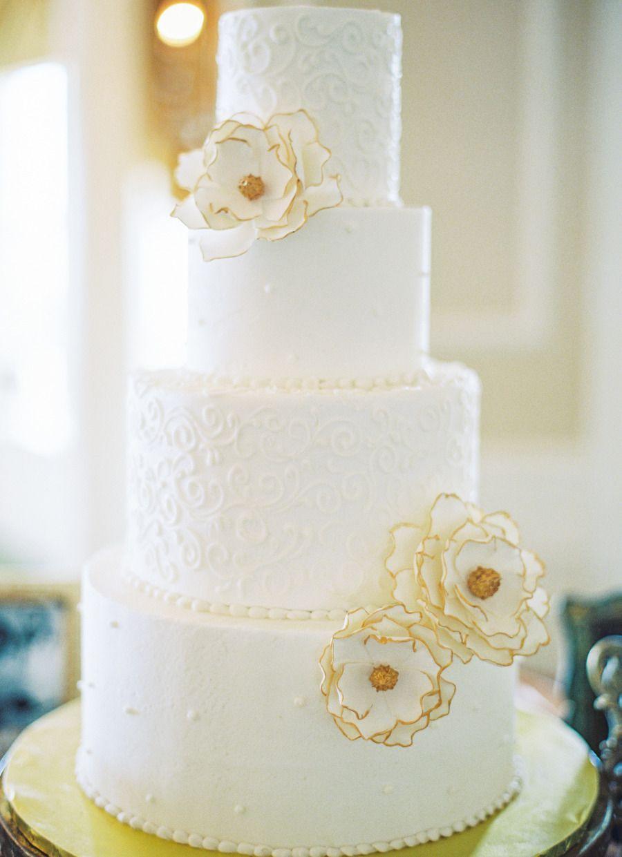 Stilren bryllupskake med gulldetaljer