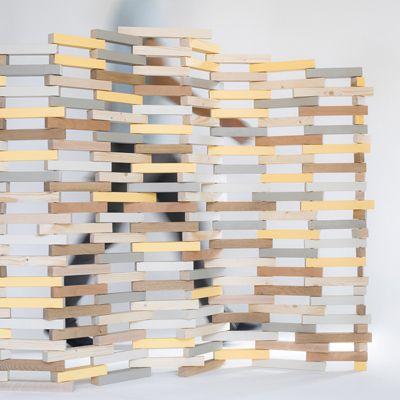 divide separador de ambientes mediante la de los sobrantes de madera que se encuentran