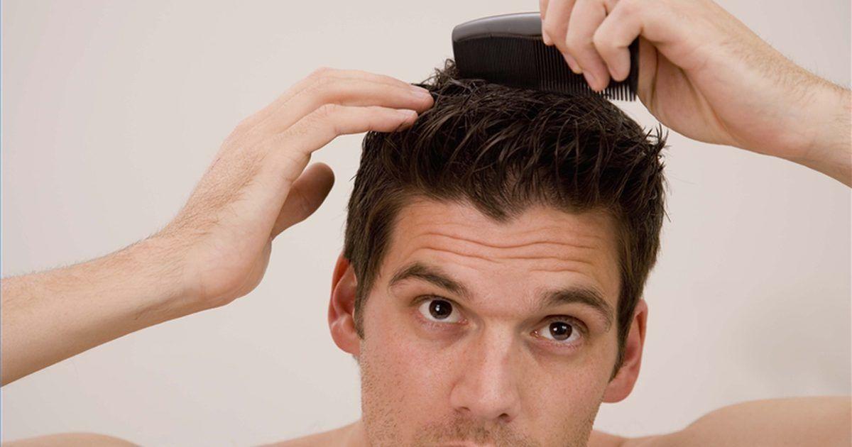 """Como pentear o cabelo como um verdadeiro homem. Pergunte a qualquer """"homem de verdade"""" como ele estiliza seu cabelo e, provavelmente, ele vai rir de você. Um homem de verdade não faz penteados, simplesmente penteia o cabelo. Ele não enxágua o cabelo com xampu e condicionador, simplesmente o lava. Se você é um metrossexual que deseja voltar a ter o status de """"homem de verdade"""", leia nossas dicas."""