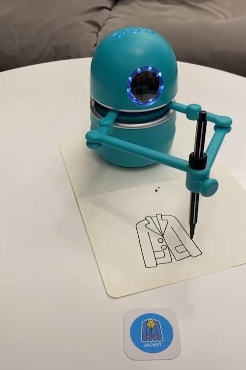 This adorable little robot will draw anything it sees😍