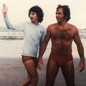 Aficionado por automobilismo, George Harrison se tornou amigo de Emerson na década de 70, quando o brasileiro era um dos nomes mais famosos da F-1. Em 1979, o beatle aceitou um convite do piloto para passar um tempo no Brasil com a família. Ambos curtiram dias de praia no Guarujá (foto acima).