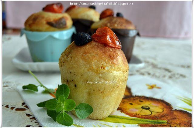 Muffin al pesto con olive e pomodorini