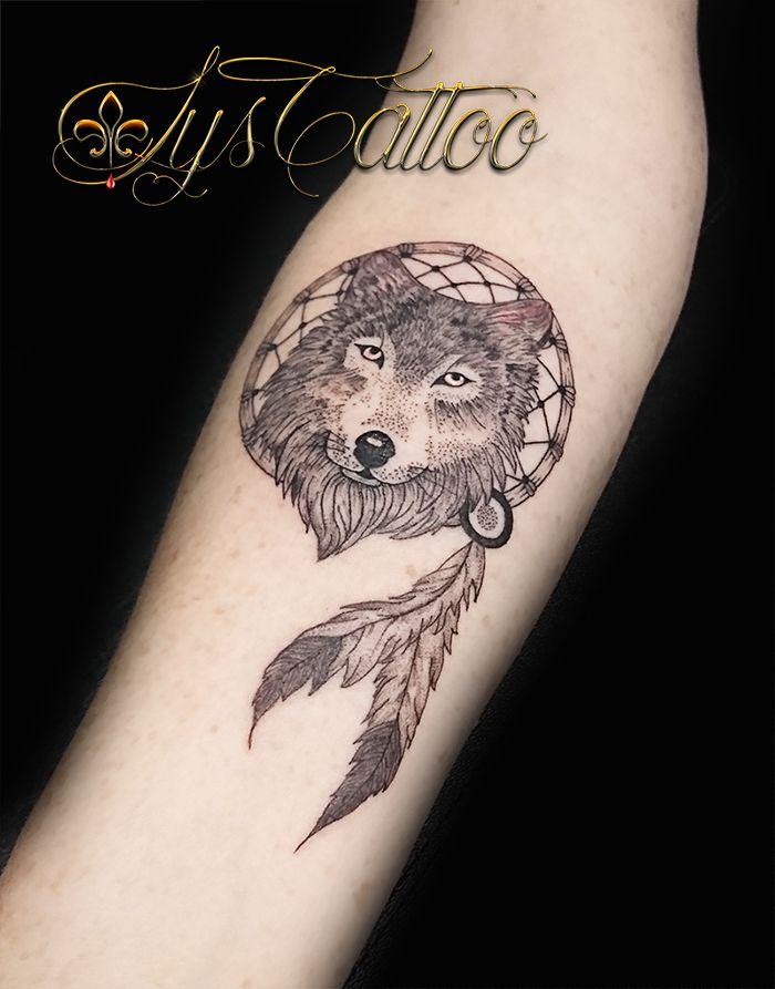 tatouage t te de loup wolf dreamcatcher attrape r ve et plumes indiennes par lys tattoo. Black Bedroom Furniture Sets. Home Design Ideas