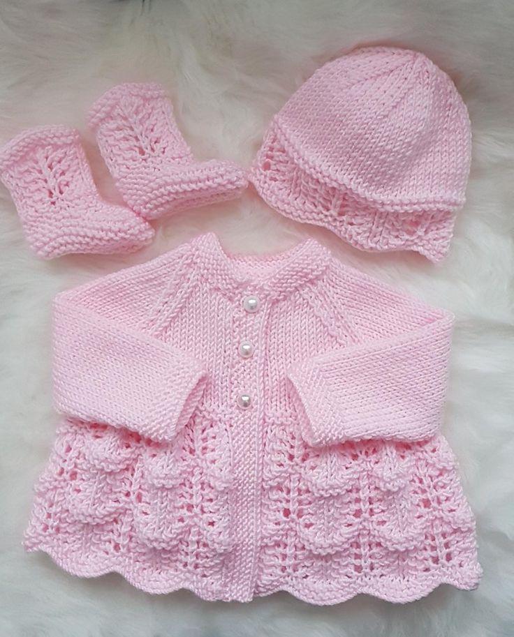 Tricot à motif de cardigan, chapeau et bottines Isabella Baby,  #BABY #bottines #cardigan #chapeau #...