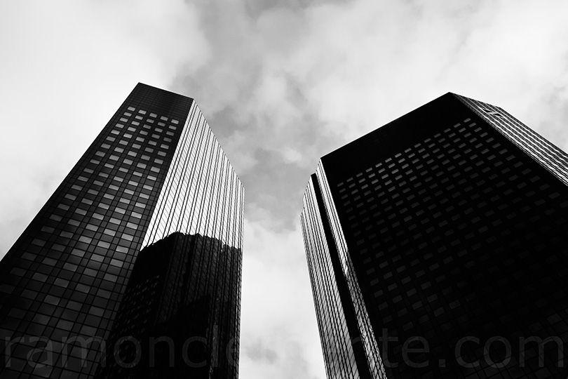 Contrapicado De Una De Las Fachadas Del Edificio Deutsche Bank De Frankfurt Fachadas Edificios Edificios Fachadas